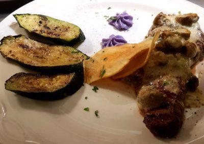 Fleischgericht mit gegrillten Auberginen, Spezialität des Ristorante La Traviata