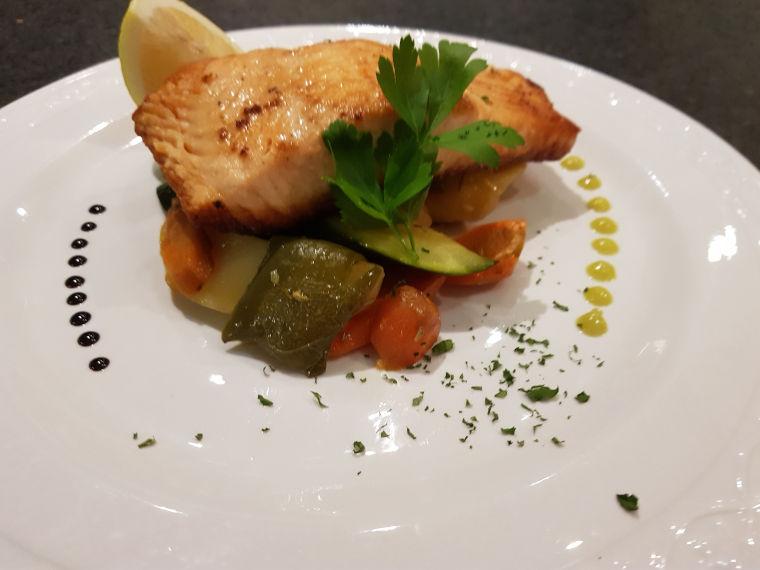 Lecker angerichtetes Fleischgericht des Ristorante La Taverna in Augsburg-Hammerschmiede