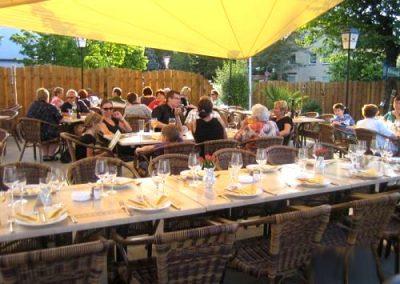 Essen und Trinken auf der Sonnenterrasse des Ristorante La Traviata