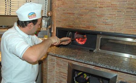 Guiseppe Palermo beim Pizzabacken